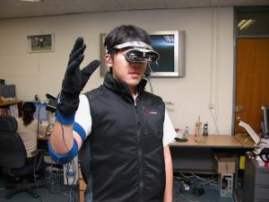 Figura 5: Sistema Wearable de Telepresença usando Comunicação Multimodal com Robô Humanoide [7].